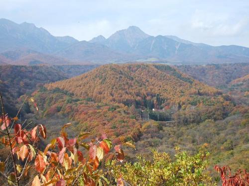 八ヶ岳の絶景のアップ(写真)。長い登り坂における車と自転車の差は実に大きい。なかなか登りきらない。