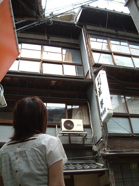 神戸電鉄有馬温泉駅を降りてから、川沿いを南に下って、温泉街の入り口まで来ると、すぐに目に入るのが古い木造三階建ての建物。「橋乃家嵐翠案内所」という看板が見えます。<br />昔、「橋乃家」さんという旅館があったらしいけど、今は営んでなさそうなんですが、もしそうなら勿体ないようないい建物なんです。