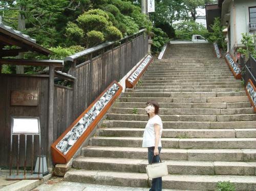 温泉寺に向かう階段。左側の塀の向こうは、懐石料理のお店だったように思います。