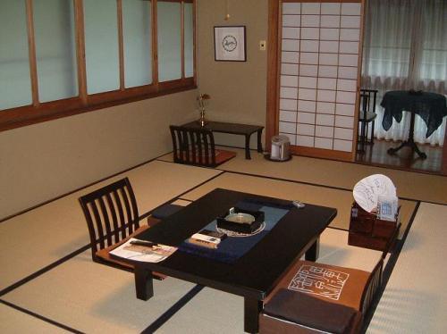 本日のお部屋。<br />10畳ほどの和室。テーブルや座椅子、文机や窓枠に至るまで、細かい所にまで気配りの効いた贅沢な空間。