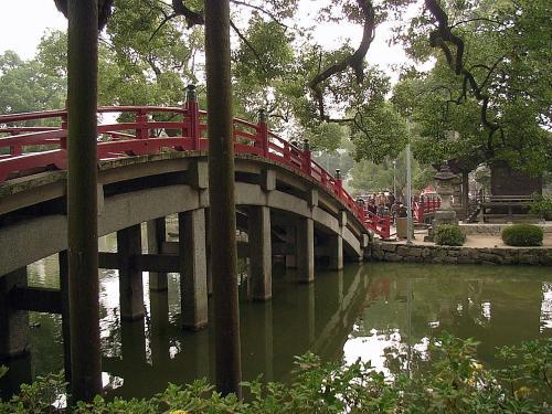 太鼓橋。<br />太鼓橋、直橋、太鼓橋、と並んでいて、過去・現在・未来の三世一念の相を表したものだそうです。<br />橋を渡ることにより三世の邪念を祓い、参拝者の身を清めます。