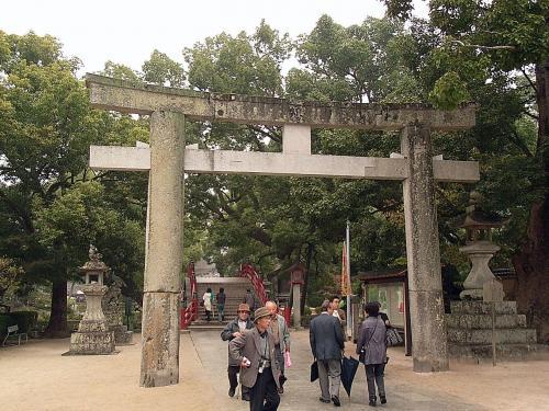今から約700年前、南北朝時代に建てられ、九州では最古とされる石鳥居をくぐっていきます。