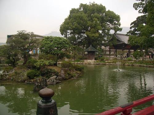 太鼓橋から心字池を眺めます。<br />心字池は、漢字の心をかたどっているそうです。<br /><br />観光客、特に団体客がうじゃうじゃ増えてきました。