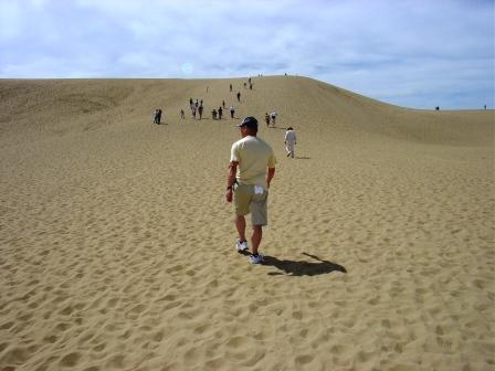 *鳥取砂丘*<br /><br />よりによってうだるような暑さの中、灼熱地獄のようなところに来てしまいました…<br />それも午後2時…<br />一番暑い時間だ〜!<br />それでも歩きます。