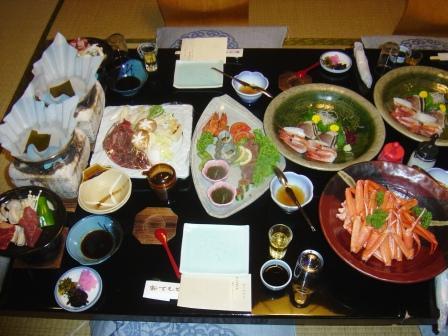 宿の、内風呂に入った後、まずは夕食。<br /><br />豪華〜!<br />そして、凄い量!<br />とっても食べ切れません。<br />この後おそばなども付いたのですが、手をつけることが出来ませんでした。