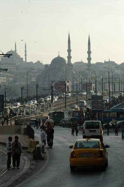 チュネルからガラタの塔の横を通過し坂を下ると目の前にガラタ橋とイスタンブール歴史地区の尖塔が金角湾越しに視野に入ってくる。