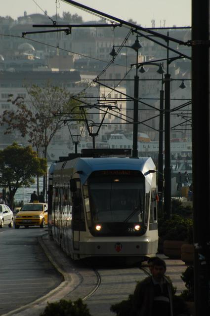 ガラタ橋にはイスティクラル通りのトラムとは異なり、モダーンなトラムが市民の足として運行されている。