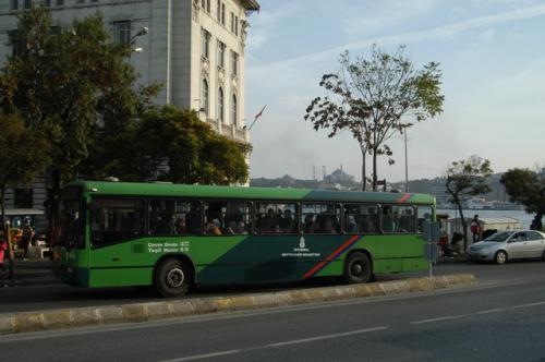 トラムの横にバス停、イスタンブールはバスが基本的に市民の足、ネットワークが張り巡らされている。