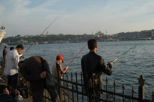 金角湾岸まで出てみた。休日は釣りを楽しむ人で岸壁は埋まっている。