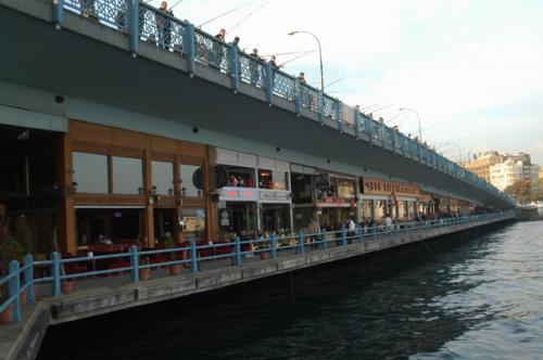 ガラタ橋の上も釣り人でいっぱいだ。そして、ガラタ橋は二重構造になっているのがわかる。橋の下はレストラン街だ。シーフードと呼び込みがしつこい。