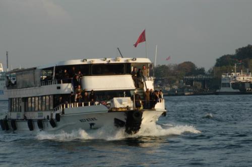 金角湾を走る、これまた市民の足、シーバス。アジア側とヨーロッパ側を結んでいる。