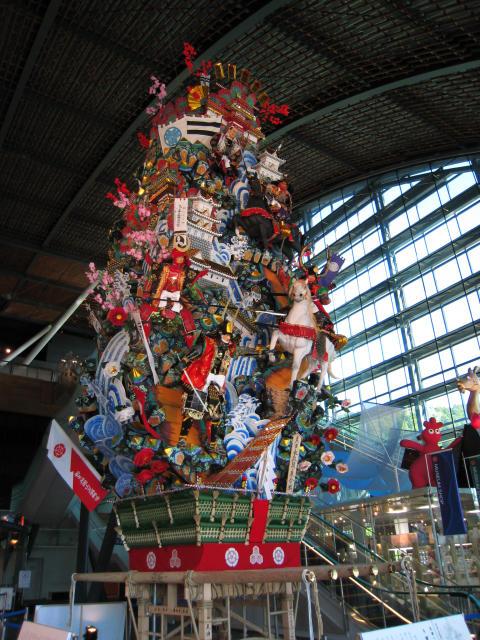 博物館内のエントランスホール。<br />博多のお祭り、山笠の『飾り山』が展示されています。<br /><br />住所:福岡県太宰府市石坂4−7−2<br />電話:(092)918−2807<br />時間:9時半〜17時まで(受付は16時半まで) 休館日 月曜日<br />HP:http://www.kyuhaku.com/pr/