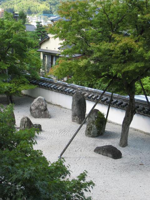 太宰府天満宮から少し歩くと『光明禅寺』があります。<br />地元では、苔寺(こけでら)と呼んでいます。<br /><br />私は、子供の頃からこの小さなお寺が好きでした。<br />なぜ好きだったか考えると、季節によって変わる風景がキレイだったから。<br />大人になってここを訪れ、静かに枯山水を眺めると、心が洗われる感じがします。