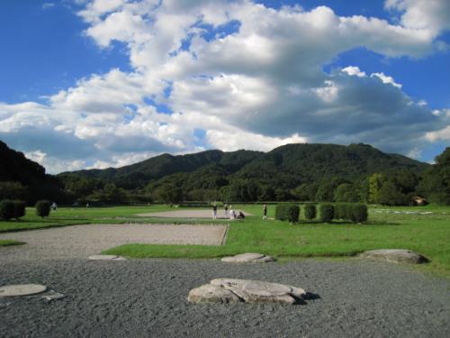 楼門があったとされる礎石です。<br /><br />今は公園として利用されています。<br />桜の木がたくさんあり、お花見にも重宝しています。<br /><br />住所:福岡県太宰府市観世音寺4<br />見学自由・無料駐車場有り<br /><br />★.。.:*・゚★.。.:*・゚★.。.:*・゚★.。.:*・゚★.。.:*・゚★.。.:*・ <br /><br />以上、徒歩でぐるりと散策してみました。