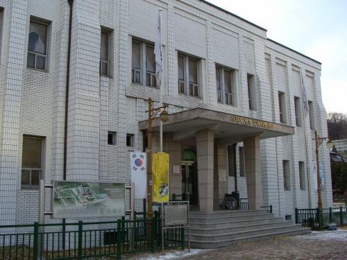 ソウル地下鉄の西大門獨立公園駅を降りると大きな施設がある。<br />その名は『刑務所歴史館』。<br />名だけを見ると刑務所の歴史のようだが・・・。
