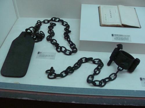 囚人(日本に抵抗した独立を願う朝鮮人)を身動き出来なくする錘りなど。