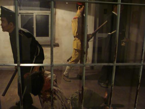 日本軍人に殴られ血まみれになる朝鮮囚人。