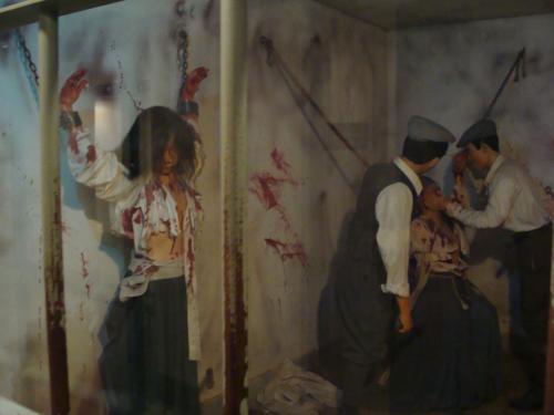 吊られ殴られる拷問によりチマチョゴリも破け、血まみれになる朝鮮女性。
