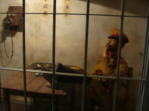 一方で日本軍人は机に足を投げ出し、タバコで一服しながら不遜に空を見る。