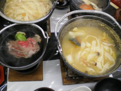 山梨といえば、「ほうとう」料理でしょう。<br />連れは、ほうとう鍋の南瓜がお気に入りでした。<br /><br />牛肉のしゃぶしゃぶ、松茸御飯など付き。