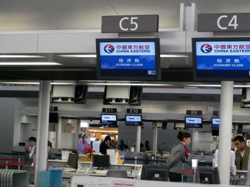 セントレアから中国東方航空(MU)を利用。こちらでチェックインしました・・・ ところが何と5時間もディレイ(遅延)とのこと(>_