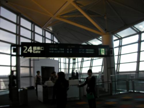 定刻より5時間も遅れて、搭乗ゲートも国際線の一番端っこの24番から機内へ。