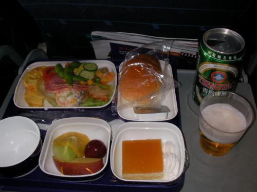 機内食です。<br />さっそく青島ビールも飲みました。
