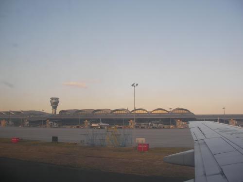 青島空港に到着。機内から旅客ターミナルを撮りました。