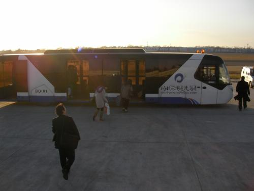 このランプバスで旅客ターミナルビルへ移動しました。