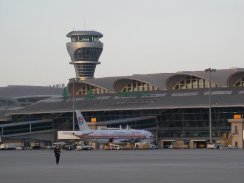 エプロンから見た青島空港の管制塔と旅客ターミナルビルです。思っていたより近代的でした。