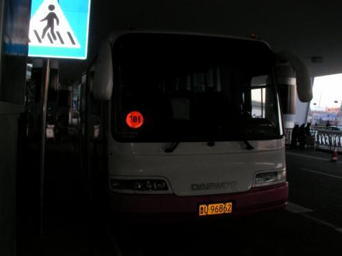 このバスに乗り込みました。