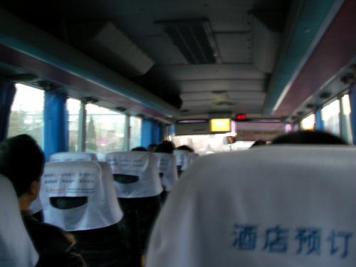 青島市内へ向かうエアポートバス車内の様子です。