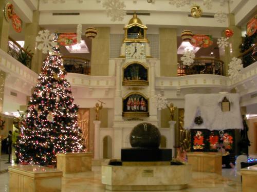 吹き抜けのロビー正面には時計台が。そしてクリスマスツリーも。