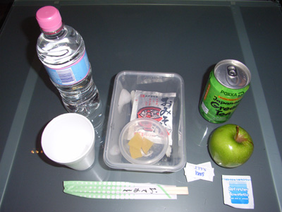 日本の旅行社のパンフには、ほとんどの場合、この日本食が掲載されています。<br />内容は、おにぎり2つ、缶のお茶、レトルトの味噌汁、漬物、りんご1つ、500mlペットボトルの水1本。<br />写真では分かりにくいですが、お弁当箱が2段になっていて、レトルト味噌汁の下に三角おにぎりが2個入っています。<br />正直、おにぎりはおいしくありません。<br />飯がベチャベチャしてる上、なんか酸っぱかったです。