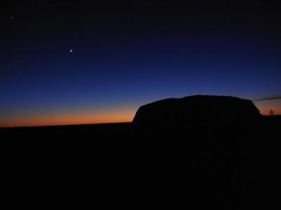 夜が明け始めると、地平線が薄っすら赤くなりとても綺麗です。