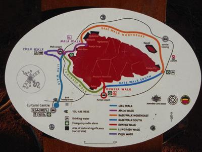 ウルル周りの説明。<br />しばらく麓を散策の後、先住民(アボリジニ)の歴史や文化の資料館「カルチュラルセンター」を見てウルルへ。
