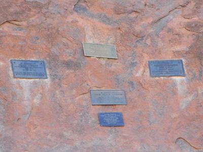 世界遺産に登録前に、ここウルルで命を落とした人たちの墓標。<br />登録後はこういった墓標を作る事は禁止されたそうです。