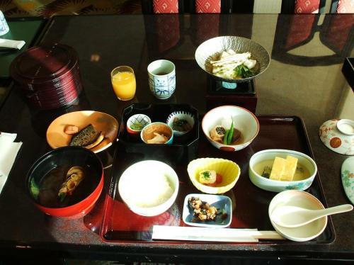 「海幸」の和朝食。少量多品種の懐石風和食で中高年には誠にいい朝食である。大きなお椀のみそ汁に半身ながら伊勢エビが入っているのに驚く。