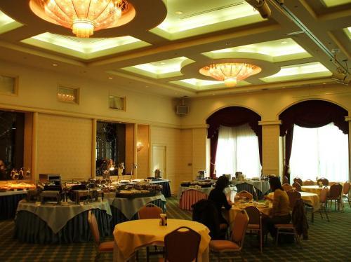 次の日の朝食はアネックス1階のコンベンションホール「マリンポート」での洋食バイキングにする。