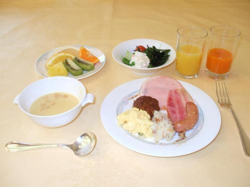 私の朝食メニー(洋食編)。普段ならこれで終了なのだが、バイキングなので和食も欲しい。