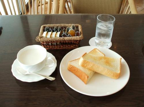 朝食をたっぷり食べているので、ここでごく軽い昼食にする。ホットミルクとトースト。こんがり焼けたトーストにバターやジャムをぬって食べる。実にうまい。カプチィーノを後で注文する。ソフトドリンク無料のオーナーカードはありがたい。支払い金額はトーストの262円のみ。