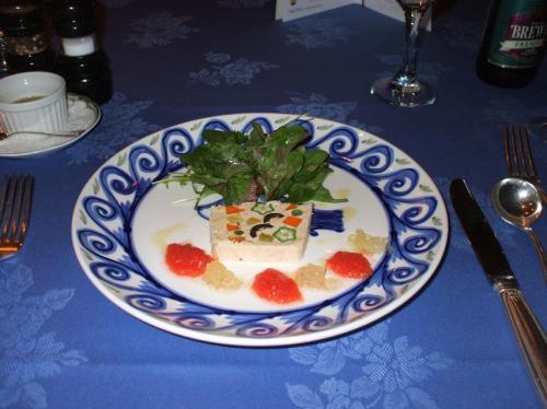 前菜:ツナと季節野菜のテリーヌ<br />空腹時の前菜は実にうまい。