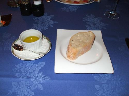 パン:イタリアのパンでトーストせずに常温でオリーブオイルと塩をつけて食べる。私には合わない。はっきり言ってまずい。この旨をウエイターに話すと、「事前に連絡して頂けるとフランスパン等をご用意致します」という返事だった。