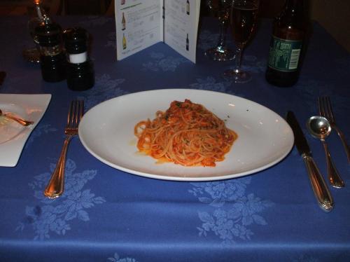 本日のパスタ:魚貝類のパスタ、トマトソース<br />適度の量もあり、食べ終えると多少空腹感が満たされる。
