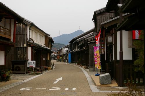 東海道関宿は、東西の追分の間になだらかに蛇行する1.8キロに及ぶ道のりに江戸から明治にかけて建てられた古い民家が200軒余り建ち並んでいます。