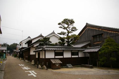 これは御馳走場といって、関宿に出入りする大名行列の一行を、宿役人が出迎えたり見送ったりする場所。