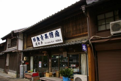 この八百屋さんと左隣の建物、その昔関宿を代表する芸妓置屋だったところ。八百屋さんは松鶴楼と呼ばれる芸妓置屋だったお店ですが、看板をはずせばそれなりに見えるのでしょうか?