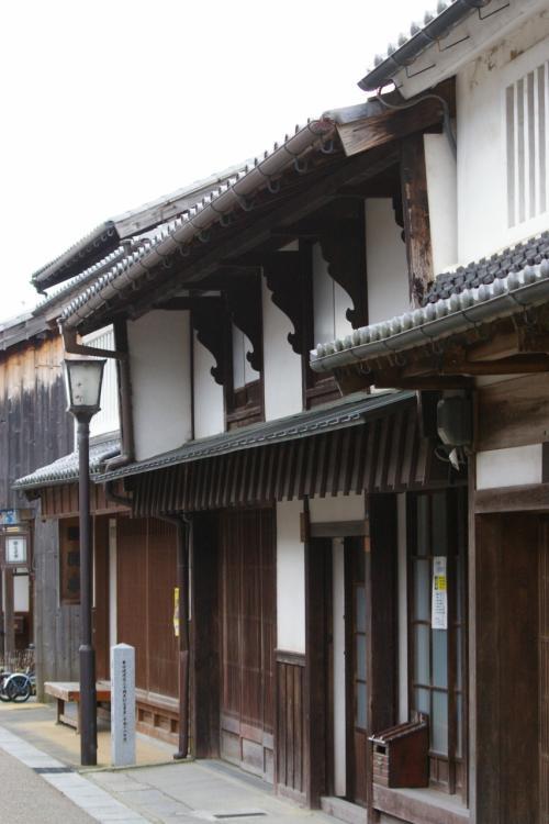 開雲楼は、表の竪格子弁柄塗りの鴨居や柱、凝った意匠の2階の手摺や格子窓にその頃の面影を残しています。