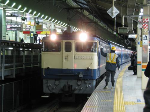 急行銀河は22時23分に品川から今日の牽引機と共に回送されてきました。操車係が停止位置合図を掲げて止まり、直ぐに切り離されて神田方に引き上げていきます。<br /><br />ブルトレ全盛期には東京駅ではこんな風景は一日に何回も見られたのですが・・・