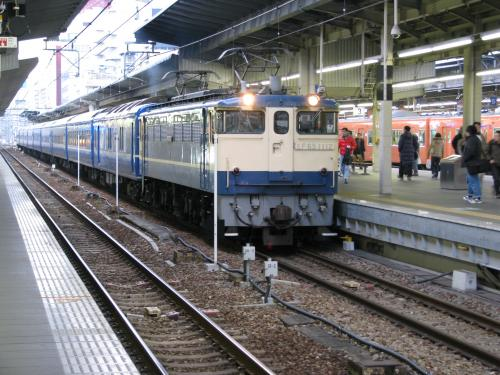 大阪には定刻7時18分に到着します。「銀河」が到着すると反対側に停車していた青森からの「日本海2号」が回送で発車します。<br />ほんの一瞬だけ、同じホームに寝台列車が並んで止まる珍しい風景が見られます。<br /><br />7時25分「銀河」は回送列車となって宮原操車場へ向かいます。<br /><br />ここでJRの旅は終了です。大阪市内行きの乗車券を改札口に通して、阪神梅田駅に向かいます。<br />今回は「スルッとKANSAI2日間パス」を使って京阪神の旅をします。<br /><br />地下街にあったマックで朝食を取って、姫路行きの直通特急に乗り込みます。<br />車両は山陽鉄道の車両で転換クロスシートでした。梅田発車時は空いていましたが、神戸が近くになるにつれて混んできました。